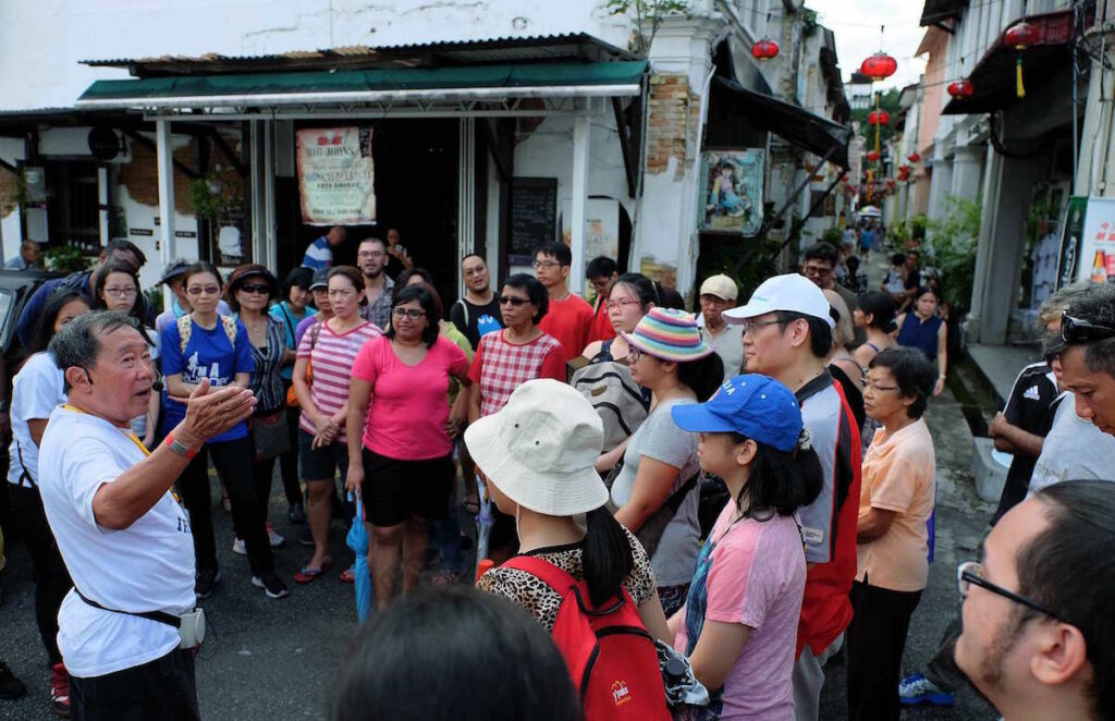 2015-11-01 Patrick Teoh (left) briefing participants during his historicl-fiction trail in Ipoh. - Pic by Wong Tuck Keong.